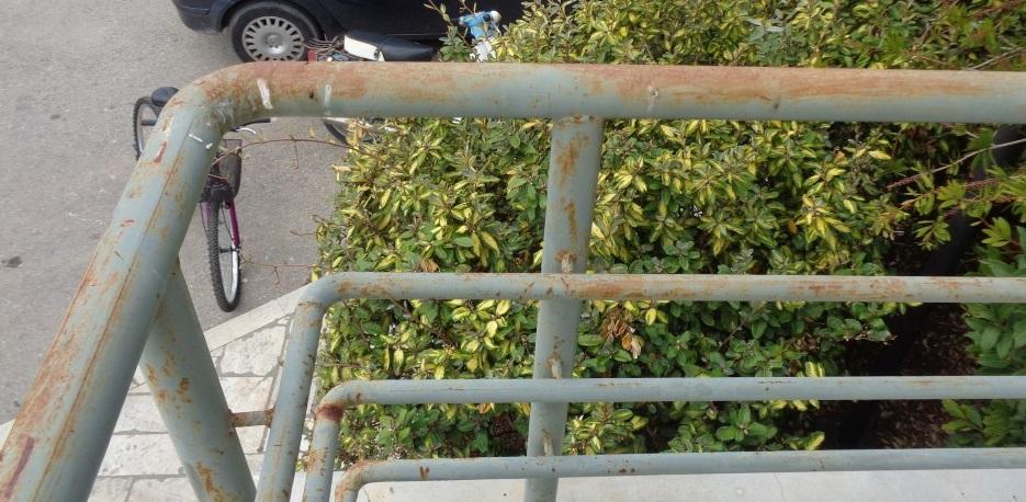 Σκουριά, κακομοιριά κι εγκατάλειψη στην είσοδο του Δημαρχείου