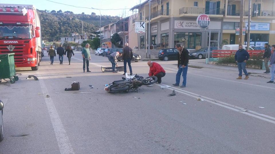 Σύγκρουση αυτοκινήτου με δίκυκλο στο σημείο καρμανιόλα