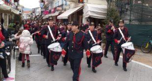 Η Φιλαρμονική έπαιξε τα Κάλαντα σε αγορά και πλατεία
