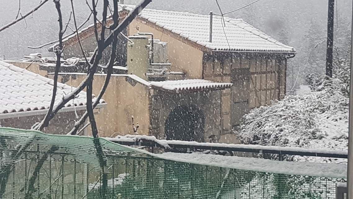 Συμβαίνει τώρα: Πυκνό χιόνι πέφτει σε Εγκλουβή και Καρυά