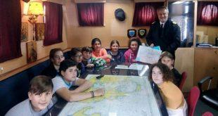 Μαθητές και δάσκαλοι της Βασιλικής στο πλοίο «Στράβων»