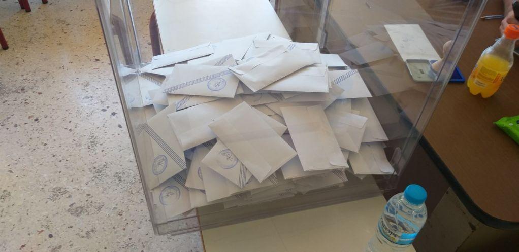 Στιγμιότυπα απ΄ τα εκλογικά τμήματα και τις κάλπες