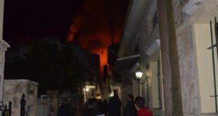 Μαίνεται η πυρκαγιά στην πόλη και καίει σπίτια