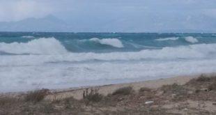 Η φωτο της ημέρας: Αγριεμένη η παραλία των Μύλων