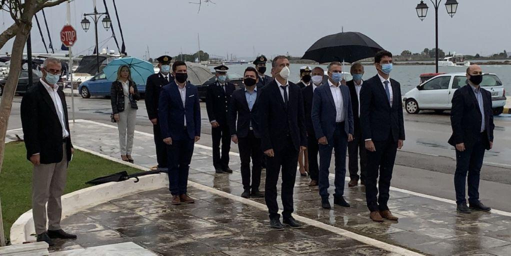 Υπό βροχή η κατάθεση στεφάνων στο Ηρώο