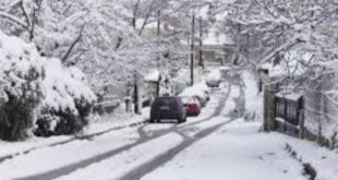 Χιόνια και στην Αττική, κλειστοί οι δρόμοι στα υψώματα
