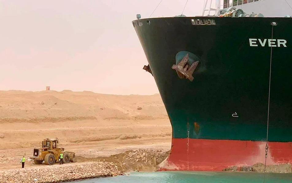 Μποτιλιάρισμα στο Σουέζ πλήττει την παγκόσμια οικονομία