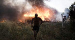 Σε τρία μέτωπα η πυρκαγιά στην Βαρυμπόμπη 300 απεγκλωβιαμοί