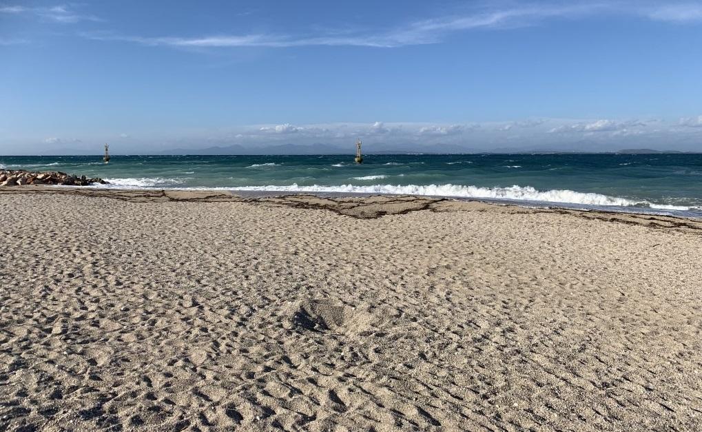 Η φωτο της ημέρας: Αίολος και Ποσειδώνας άδειασαν τις παραλίες