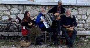 Ξανα τραγούδησαν ελληνικά τραγούδια στο (δροσερό) Νιοχώρι